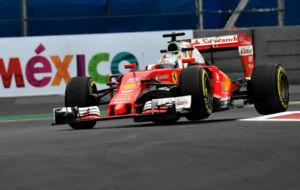 Vettel pilota su Ferrari en el Aut�dromo Hermanos Rodr�guez.