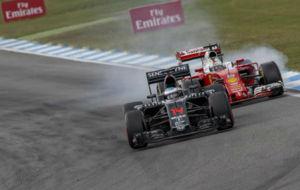 Vettel bloquea ruedas detr�s de Alonso en el pasado GP de Alemania.