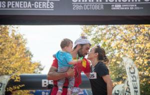 Hernando, junto a su mujer y su hijo en la meta.