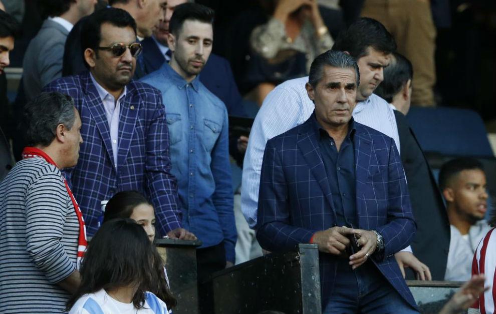 Scariolo en el palco del Vicente Calderón, cerca del presidente del...