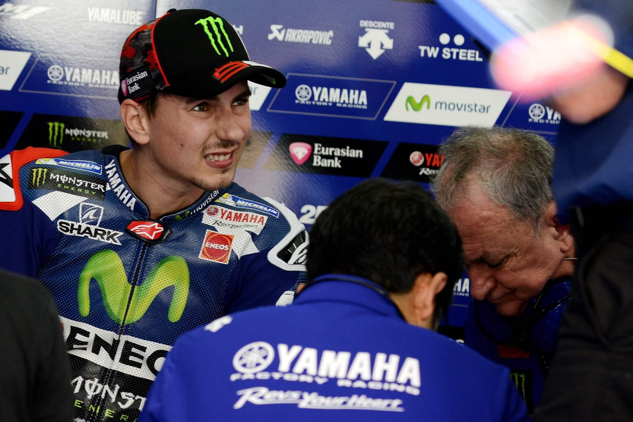 Lorenzo, junto a Forcada en el box de Yamaha en Sepang.