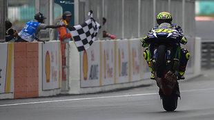 Valentino Rossi hace un caballito al entrar en meta