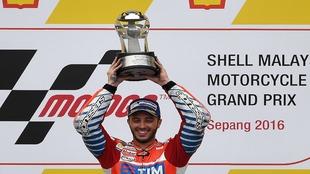 Dovizioso levanta el trofeo de ganador en Malasia