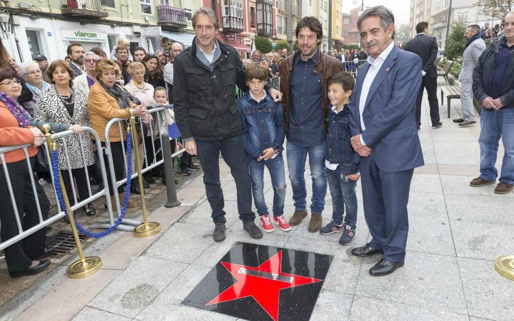 Óscar Freire posando con su estrella de la fama.