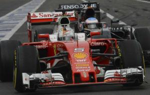 Vettel y Alonso, durante los entrenamientos libres del GP de México.