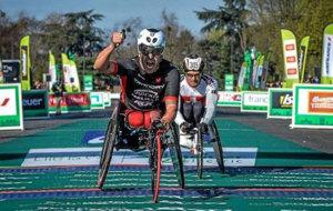 Rafa Botello cruzando el primero la meta del maratón de París este...