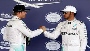 Rosberg felicita a Hamilton después de que el inglés consiguiera la...