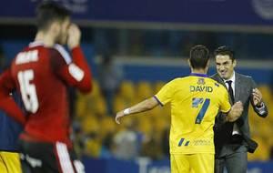 David Rodríguez celebra el gol con su técnico Julio Velázquez