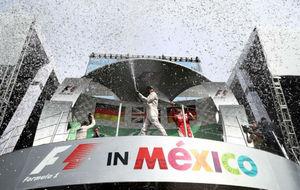 Hamilton celebra su victoria en el podio del Hermanos Rodríguez.