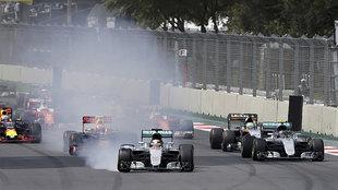 Hamilton, bloqueando frenos, por lo que tuvo que cortar recto y volver...