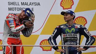 Dovizioso abraza el trofeo de ganador del GP de Malasia ante la mirada...