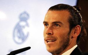 Bale habla durante su acto de renovación.