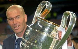 Zidane levanta la Champions ganada en Milán