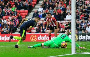 Alexis Sánchez marca su segundo gol ante el Sunderland.