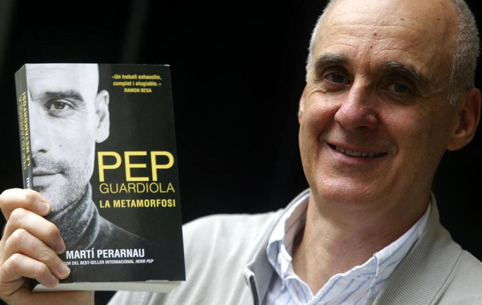 Martí Perarnau posa con su nuevo libro sobre Guardiola.