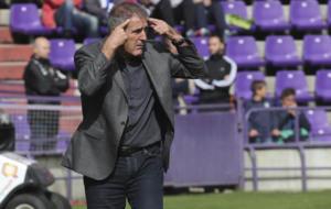 Paco Herrera, pidiendo calma en un partido en Zorrilla