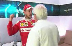 Momento en el que Vettel pide perdón a Whiting en el antepodio del GP...