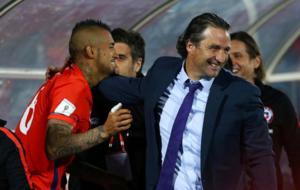 Pizzi felicita a Arturo Vidal en un partido de Chile.