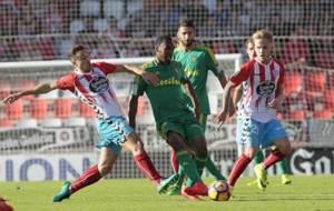 Adriá Carmona ante Abdullah en el partido frente al Cádiz en el que...