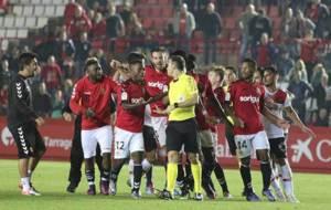 Los jugadores del Nástic protestan al De la Fuente Ramos tras pitar...