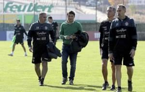Paco Herrera charla con Braulio y sus ayudantes Raúl Rodríguez y...