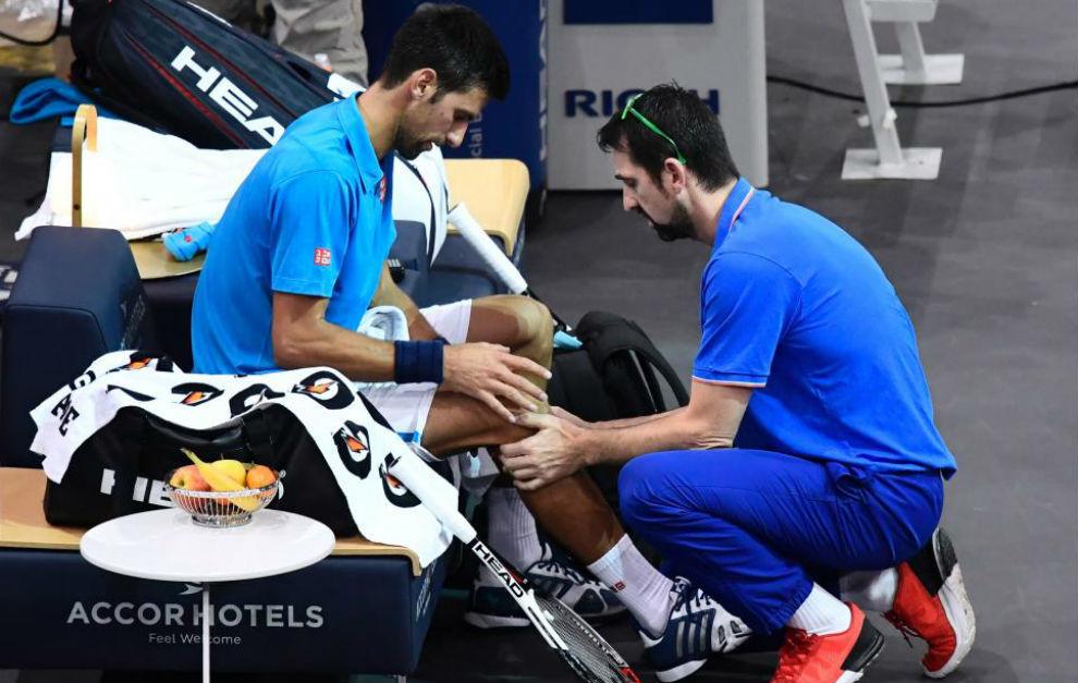 Djokovic siendo atendido
