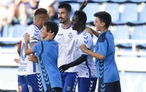 Amath celebra con sus compañeros un gol ante el Rayo en el Heliodoro