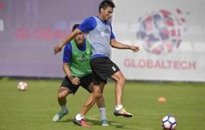 Jonathan Vila controla un balón ante Christian Fernández en un...