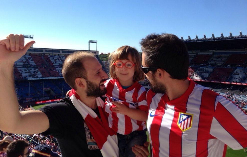 Jan, con su padre y el vecino que le hizo del Atlético en una de sus...