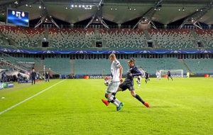 Bale intenta llegar a un balón en Varsovia con el estadio desierto...