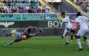 Suso remata y marca ante el Palermo.