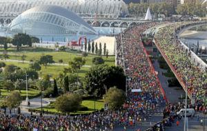 Miles de corredores toman la salida en el maratón de Valencia.