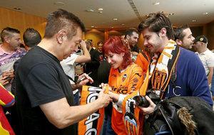 Peter Lim firma autógrafos a aficionados del Valencia.