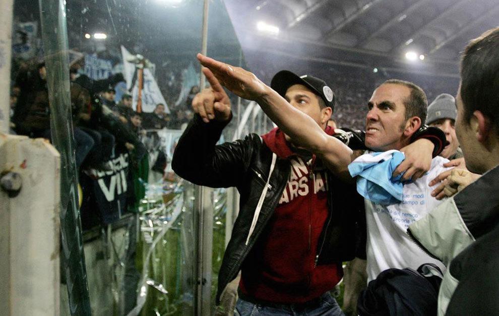 Paolo Di Canio realiza el gesto fascista frente a los Irriducibili