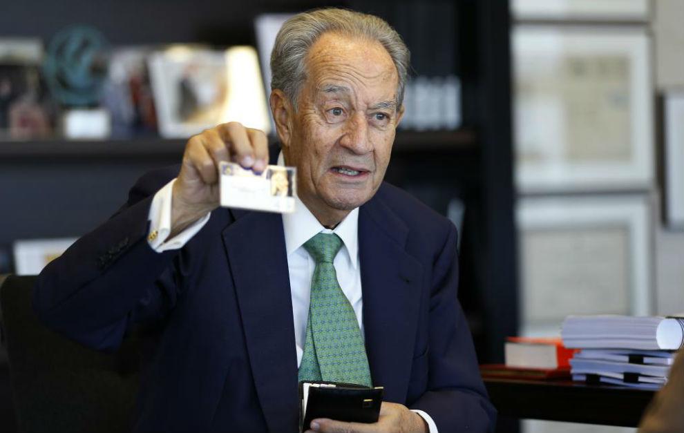Juan Miguel Villar posa con el carnet de vicepresidente del Real...