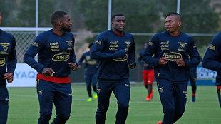 Gabriel Achilier, Marcos Caicedo y Ayrton Preciado durante un...