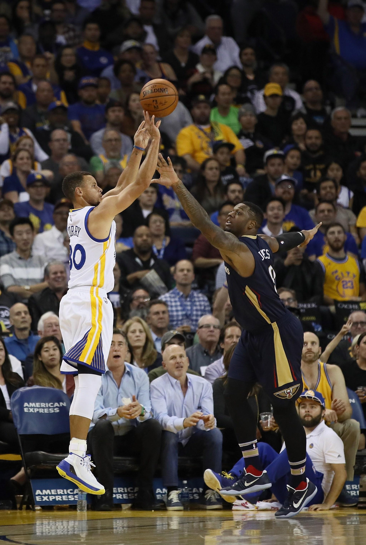 Stephen Curry anotando uno de sus 13 triples contra los Pelicans