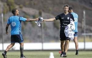Martí le entrega el peto a Vitolo durante un entrenamiento en el...