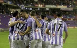 Los jugadores del Valladolid celebran uno de los dos goles al Sevilla...
