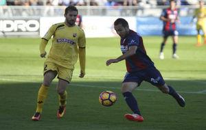 David Ferreiro (28), disputando el balón ante un jugador del Reus