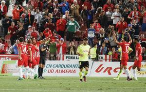 Los jugadores del Almería celebran el gol de Fran Vélez al Córdoba.