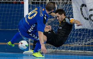 Rafa López despeja un balón bajo palos ante la presencia de...