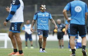 Vitolo en el entrenamiento del Tenerife con una aparatosa máscara.