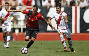 Raíllo en un lance del juego contra un jugador del Rayo Vallecano.