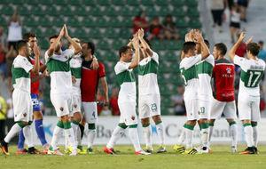 Los jugadores del Elche saludan a los aficionados del Martínez Valero