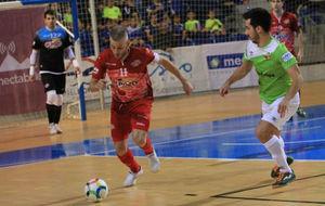Miguelín se lleva el balón ante la presencia de Joselito.