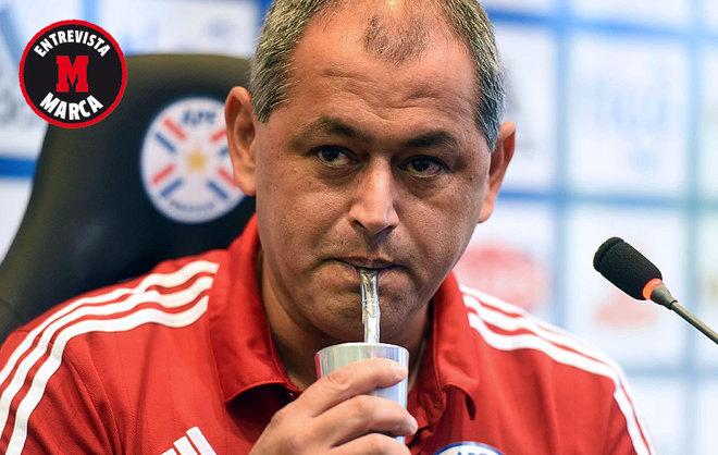Francisco 'Chiqui' Arce bebe un tereré -infusión paraguaya- en una...