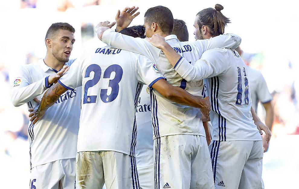 Los jugadores del Real Madrid celebran un gol al Alavés en...