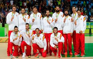 La selección española posa con el bronce logrado en los Juegos de...