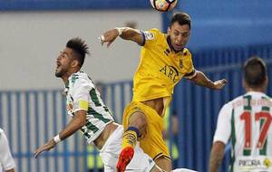 Luso salta a por un balón con Óscar Plano durante el partido en...